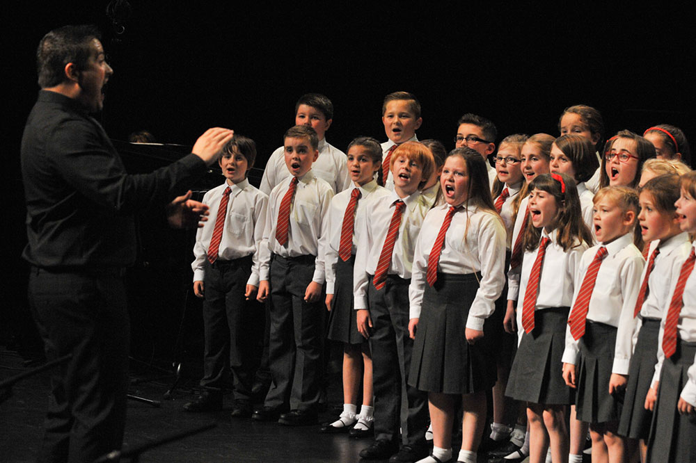 Llangennech-Junior-School-Choir-&-Lewis-Richards
